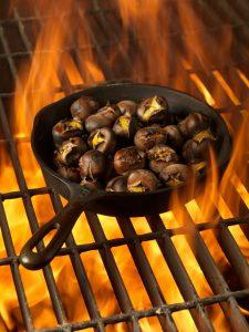 Heiße Maroni über dem Feuer