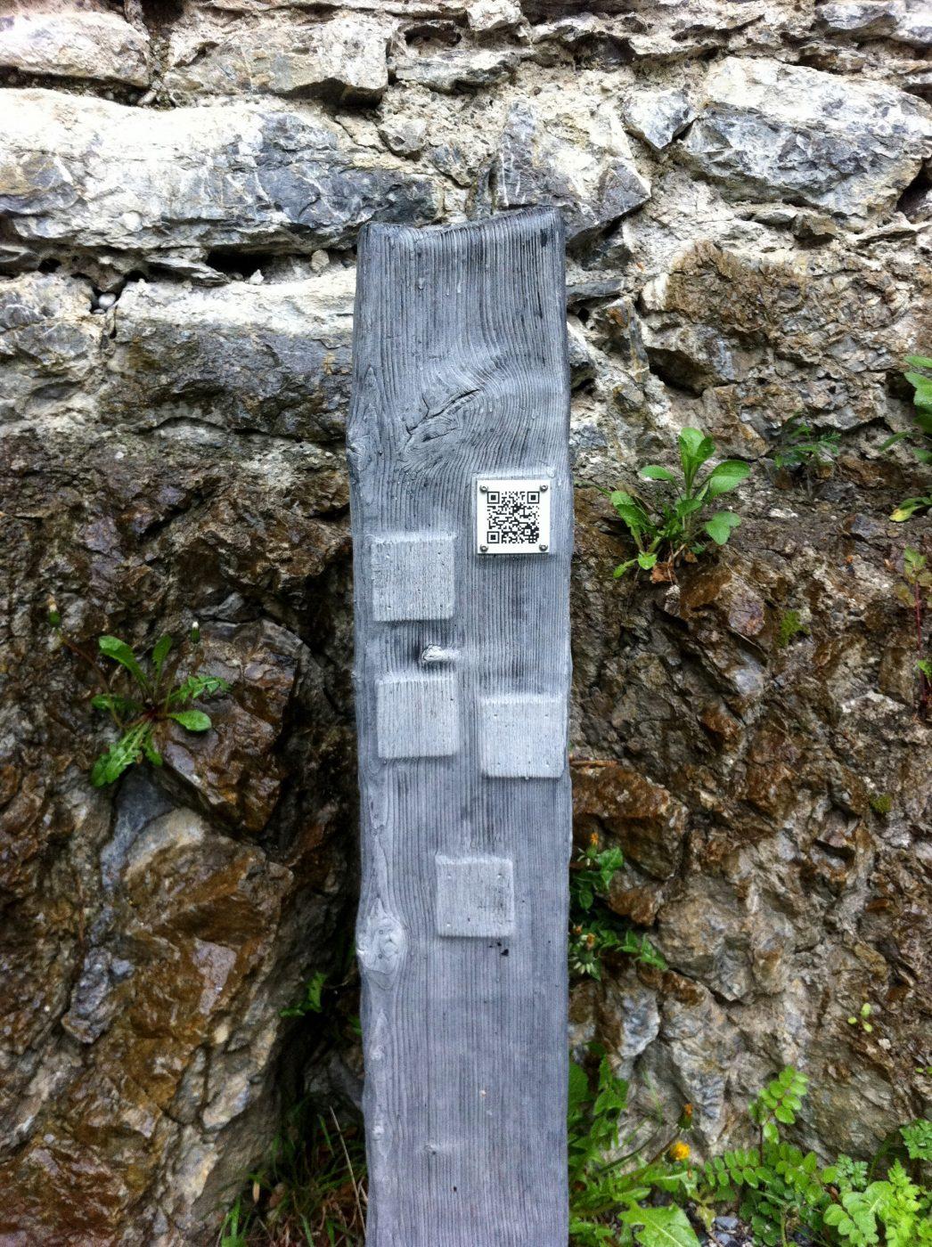 QR-Codes auf der Stele führen zu den Hintergrundinfos