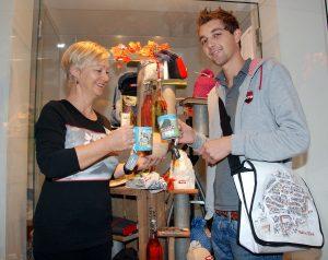 Inge und Markus präsentieren die Produkte im TVB - Büro Copyright: Stadtmarketing Hall in TIrol