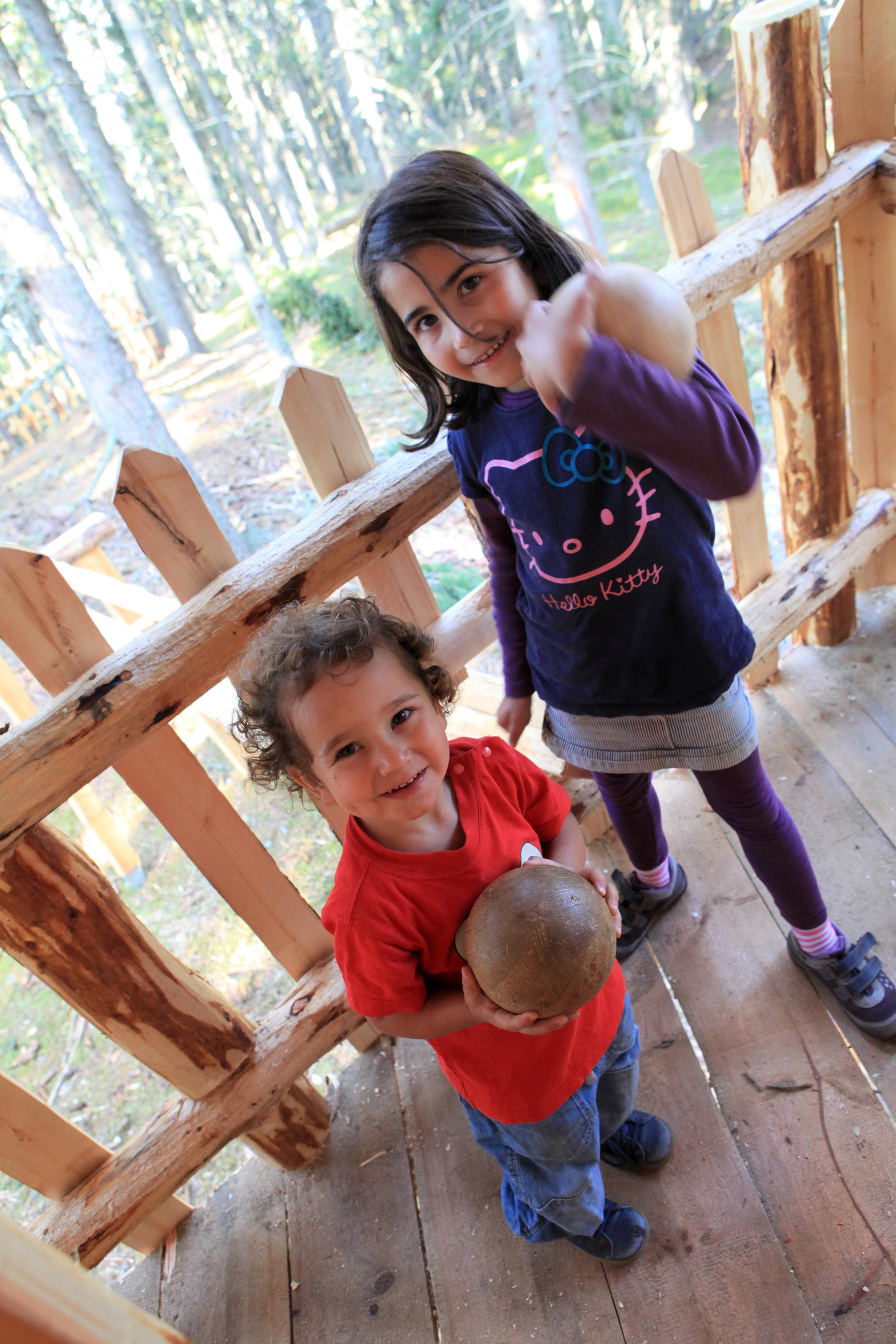 Kinder im Baumhaus im Kugelwald am Glungezer