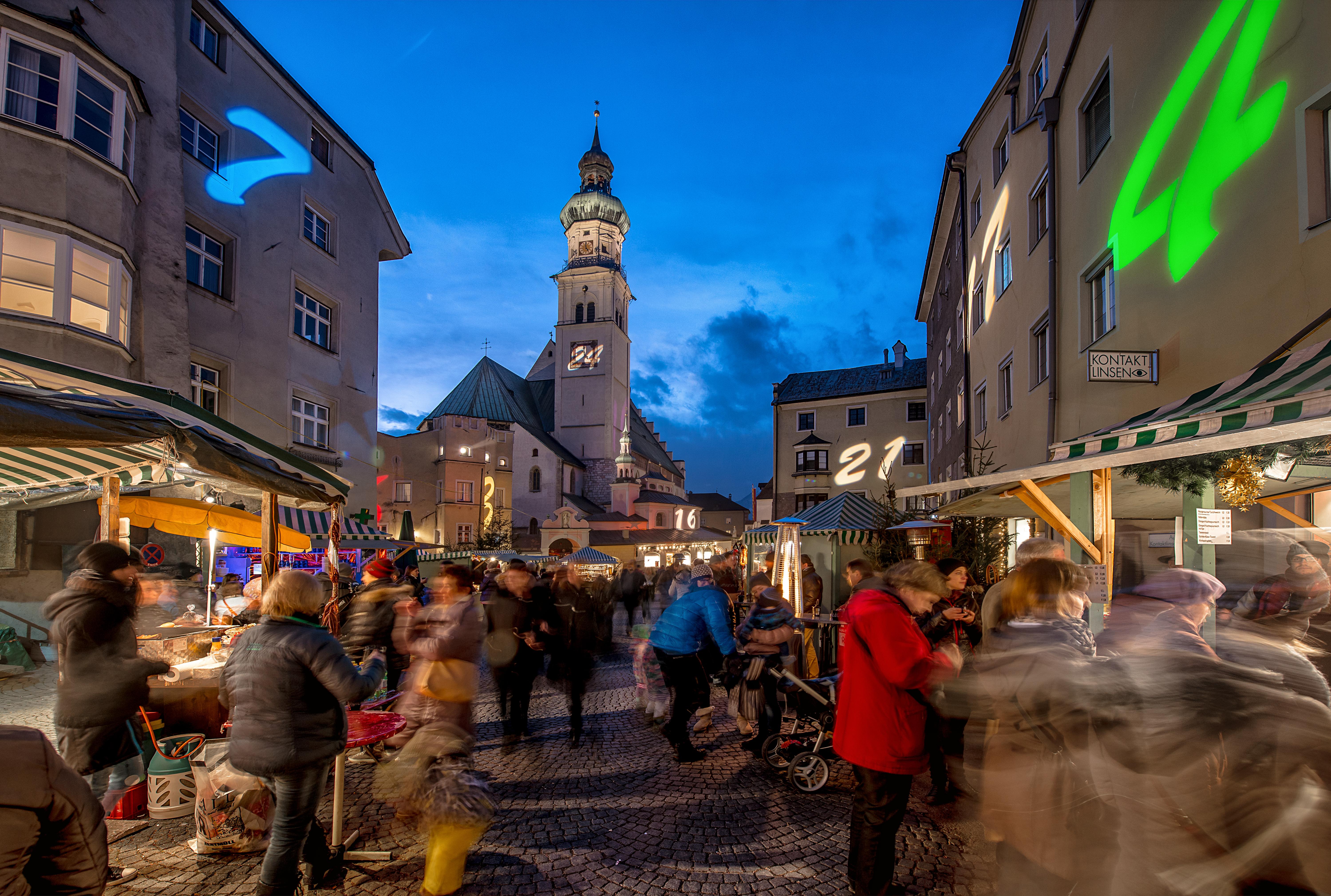 Der Obere Stadtplatz in Hall erleuchtet zur Weihnachtszeit besonders festlich.